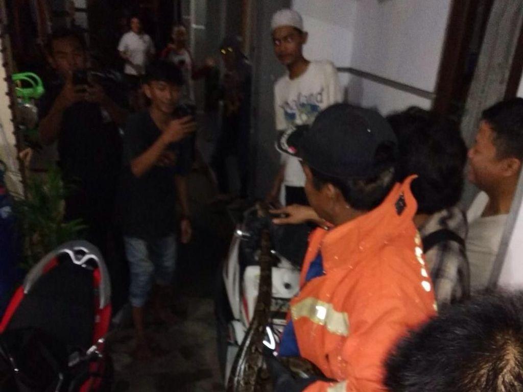 Bikin Kaget, Sanca 3 Meter Ngumpet di Teras Rumah Pasar Rebo