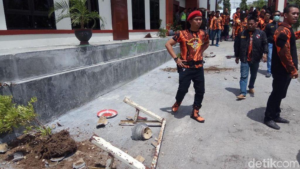 Foto: Rombongan Massa Berbaju Merah Loreng Hitam Rusak Pengadilan