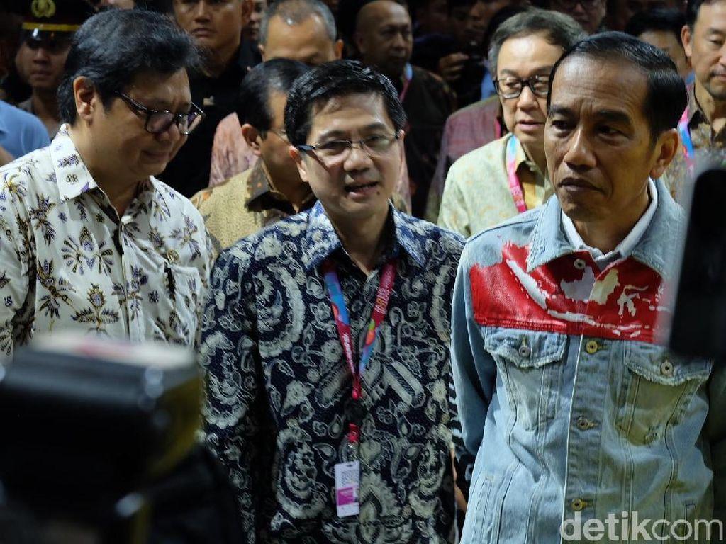 Berjaket Bak Dilan, Jokowi Tinjau Pameran IIMS 2018