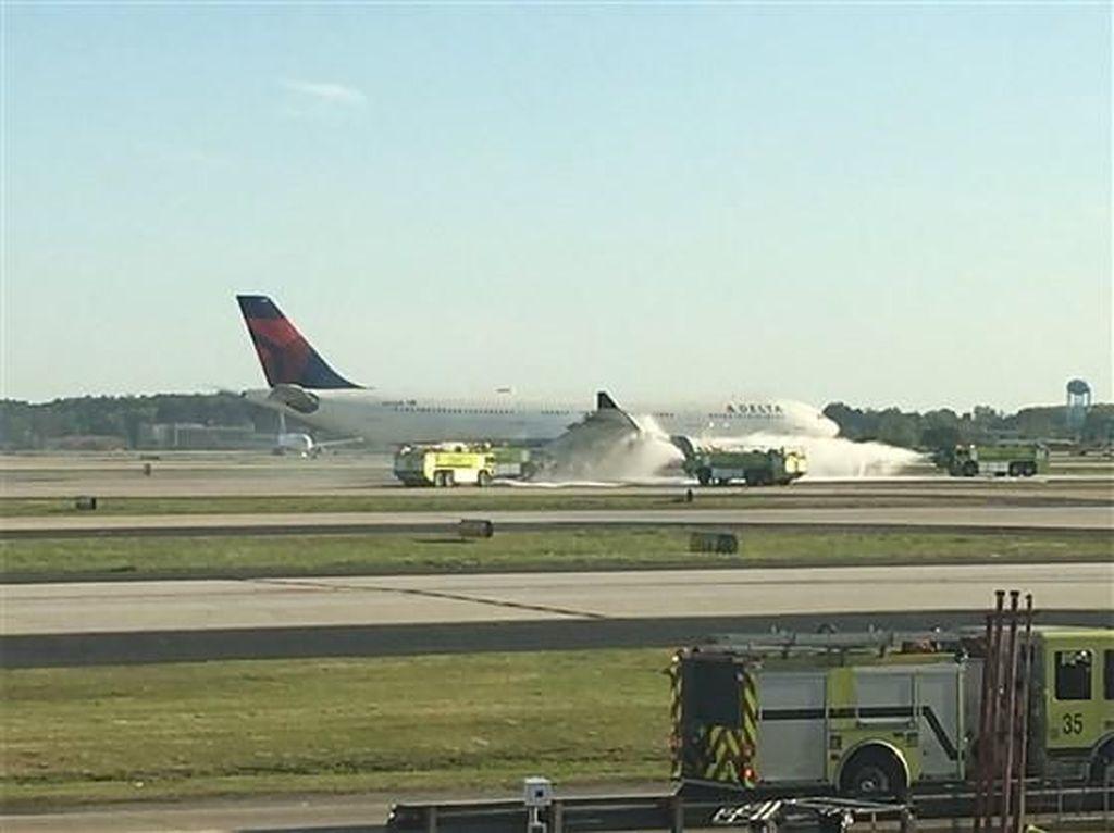 Foto: Mesin Berasap, Pesawat Delta Air Lines Mendarat Darurat di AS