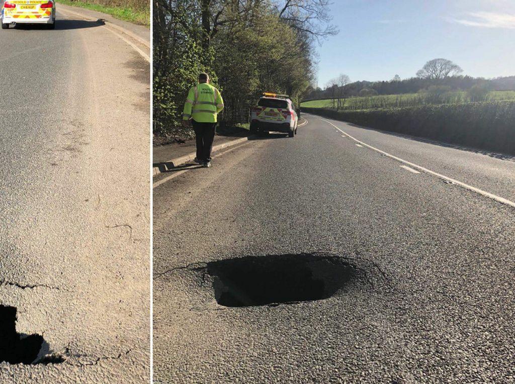 Foto: Sinkhole Tiba-tiba Muncul di Jalanan Wales