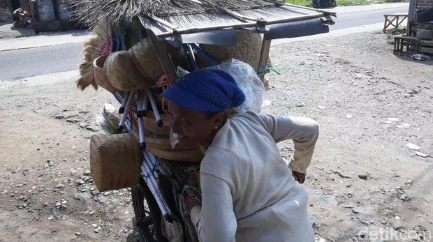 Semangat 'Kartini' Samiati, Penjual Perkakas Keliling di Magetan
