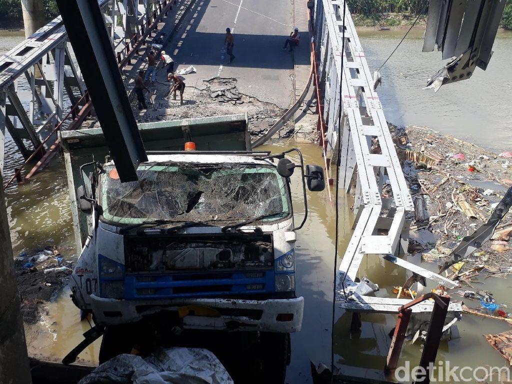 Tinggal 1 Truk yang Belum Dievakuasi, Reruntuhan Mulai Dibersihkan