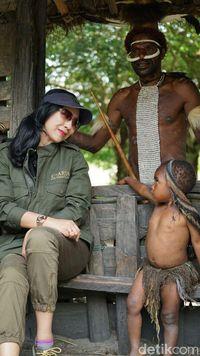 Anita Ratnasari bercengkerama dengan seoang anak Suku Dani di Wamena.