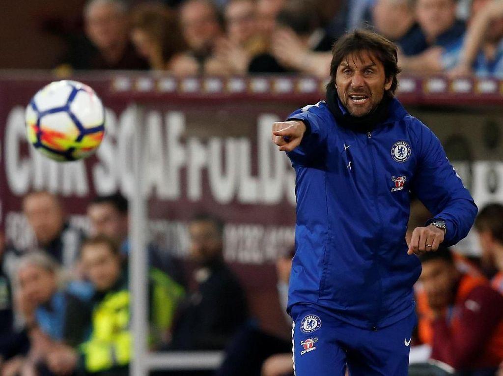 Chelsea Tebar Tekanan ke Liverpool - Spurs, Conte: Saya Sih Lebih Suka di Depan