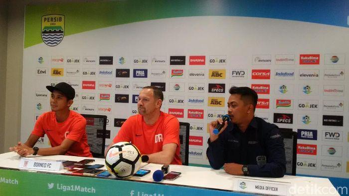 Pelatih Borneo FC Dejan Antonic (tengah) (Mochamad Solehudin/detikSport)