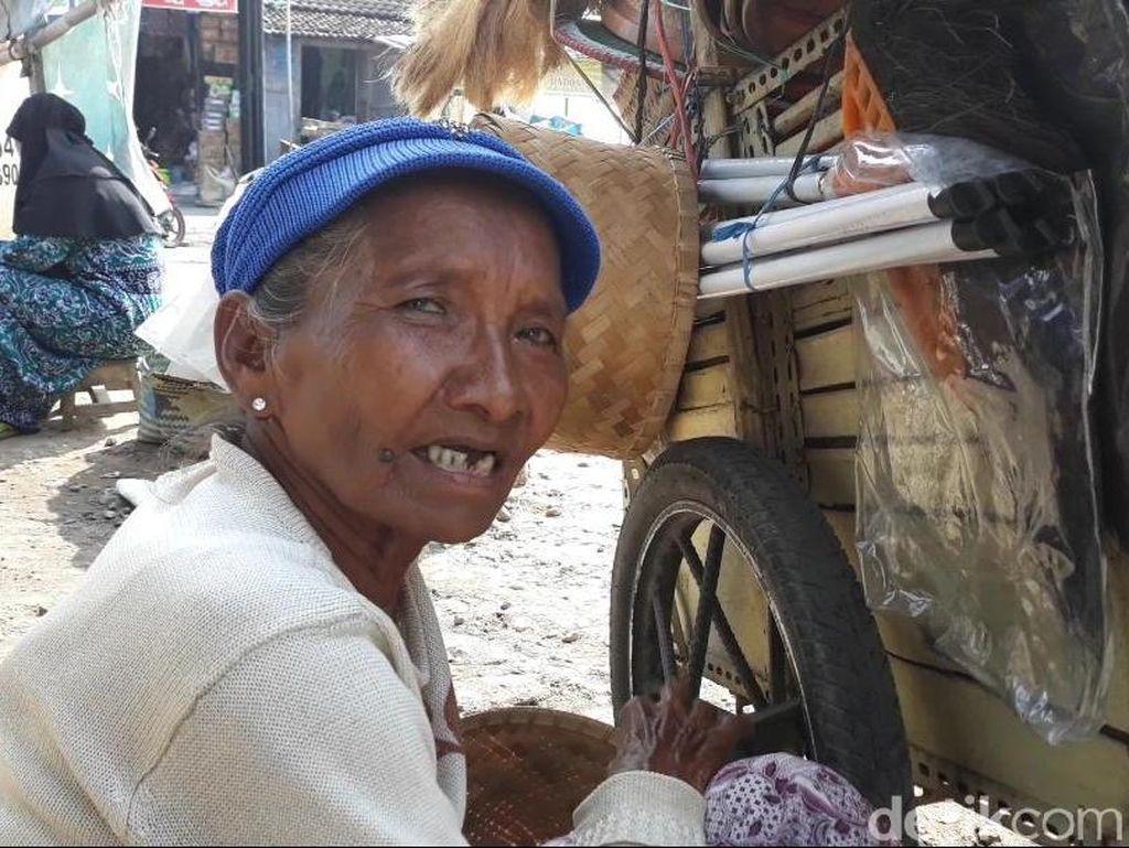 Semangat Kartini Samiati, Penjual Perkakas Keliling di Magetan