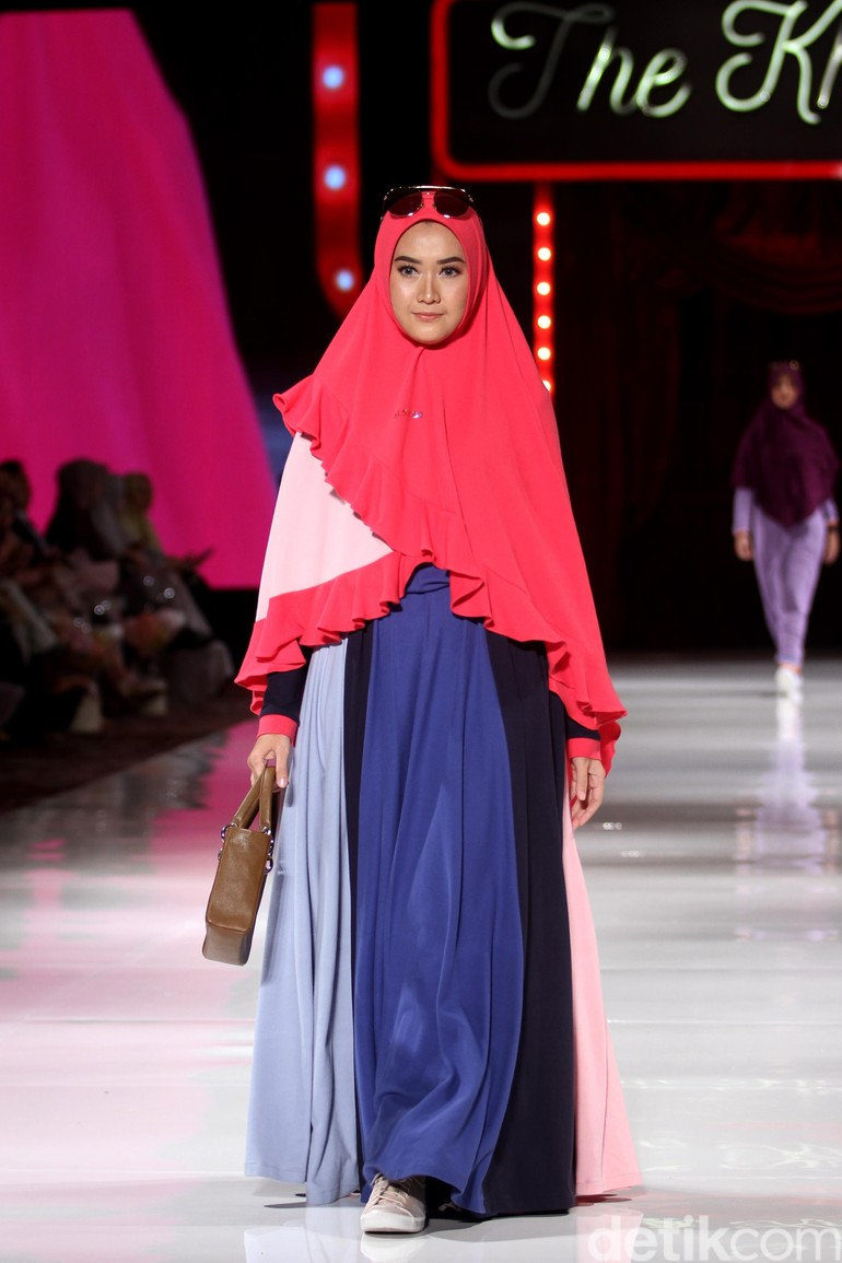 Fashion show koleksi terbaru busana muslim SI.Se.Sa yang bertema The  Khadeeja di 3ddec2b869