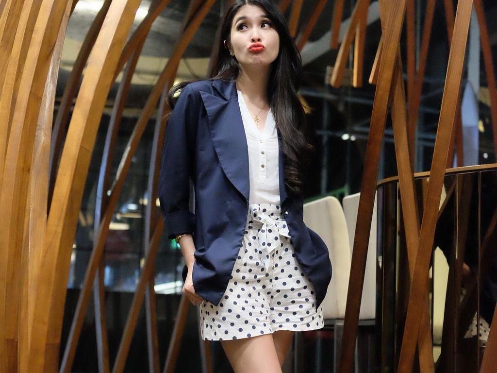 Pose Monyong, Sandra Dewi Tetap Cantik?