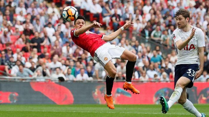 Manchester United menghadapi Tottenham Hotspur di Stadion Wembley, Sabtu (21/4/2018) dalam semifinal Piala FA. Di awal laga, laga berjalan sengit. (Foto: David Klein/Reuters)