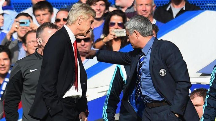 Salah satu adegan perselisihan Arsene Wenger dengan Jose Mourinho (Foto: Shaun Botterill/Getty Images)