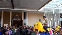Di Bandung, Panglima TNI dan Kapolri Naik Sisingaan