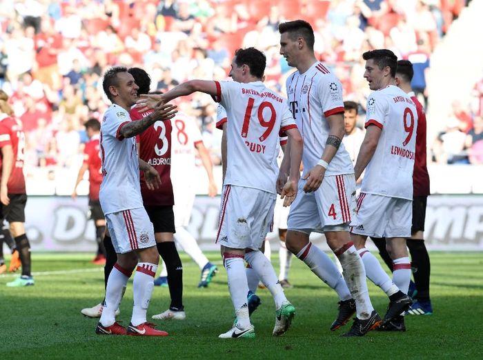 Pemain Bayern Munich merayakan kemenangan 3-0 atas Hannover 96 dalam lanjutan kompetisi Bundesliga, Sabtu (21/4/2108). (Foto: Fabian Bimmer/Reuters)