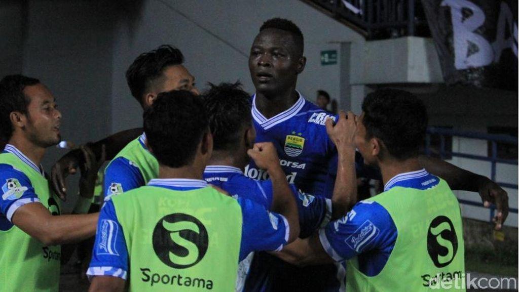 Foto: Perayaan Gol Ezechiel NDouassel