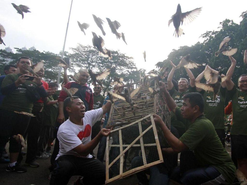 Pelepasan Burung di Peringatan Hari Bumi