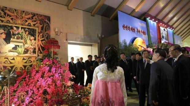 Foto Presiden RI pertama Ir. Soekarno menghiasi stan Kedutaan Besar Republik Indonesia (KBRI) Korea Utara dalam Festival Bunga Kimilsungia 2018.