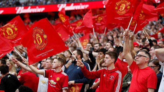Fans MU harus membayar Rp 1,9 juta untuk menyaksikan timnya bertanding di Camp Nou (Reuters/John Sibley)