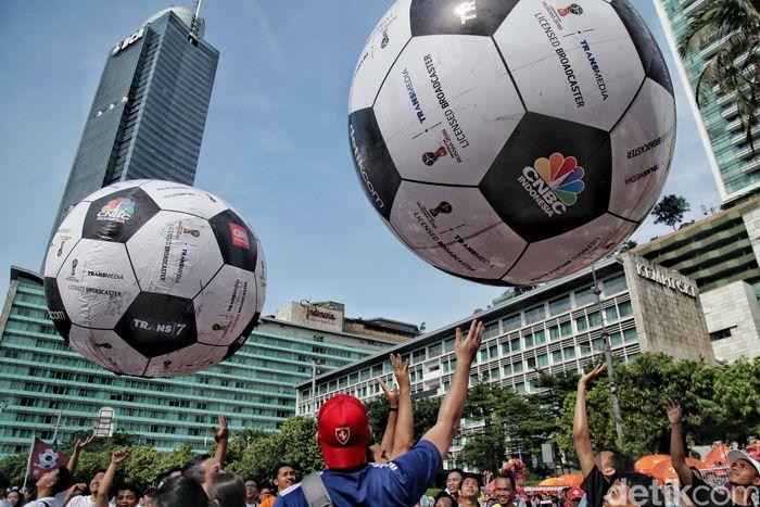 CT Corp melakukan promosi menyambut Piala Dunia di Car Free Day, Minggu (22/4/2018).