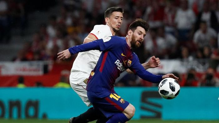 Barcelona menghadapi Sevilla dalam laga final Copa del Rey 2017/2018 di Estadio Wanda Metropolitano yang merupakan markas Atletico Madrid. Selepas kick-off, Barcelona langsung mengendalikan permainan dan menekan Sevilla. (Foto: Juan Medina/REUTERS)