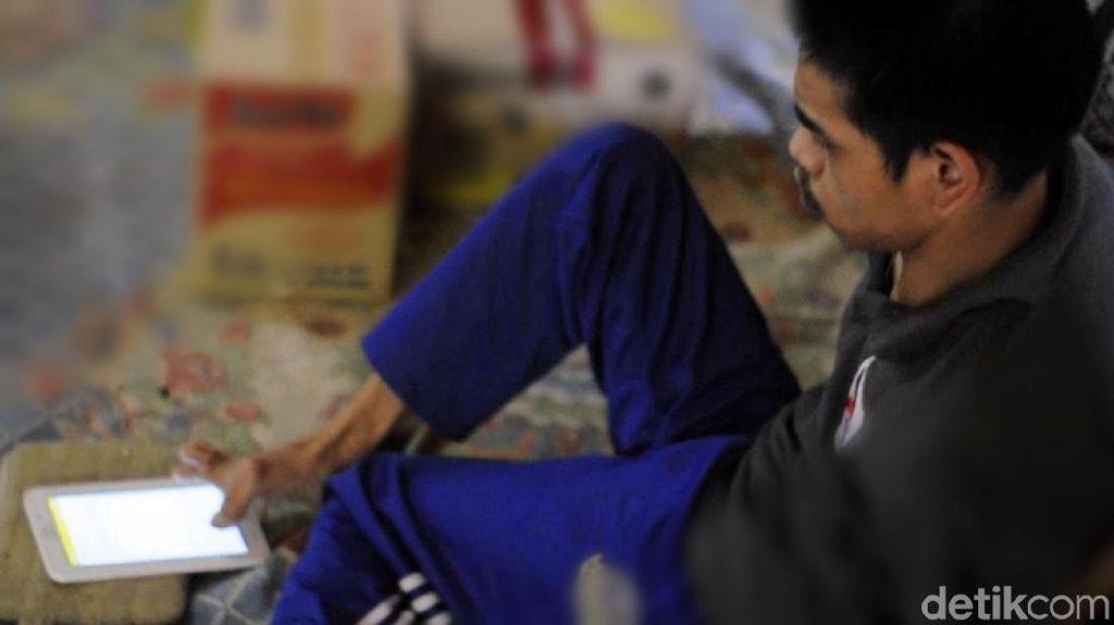 Foto: Ini Engkus, Pengajar Bahasa Inggris Gunakan Jari Kaki