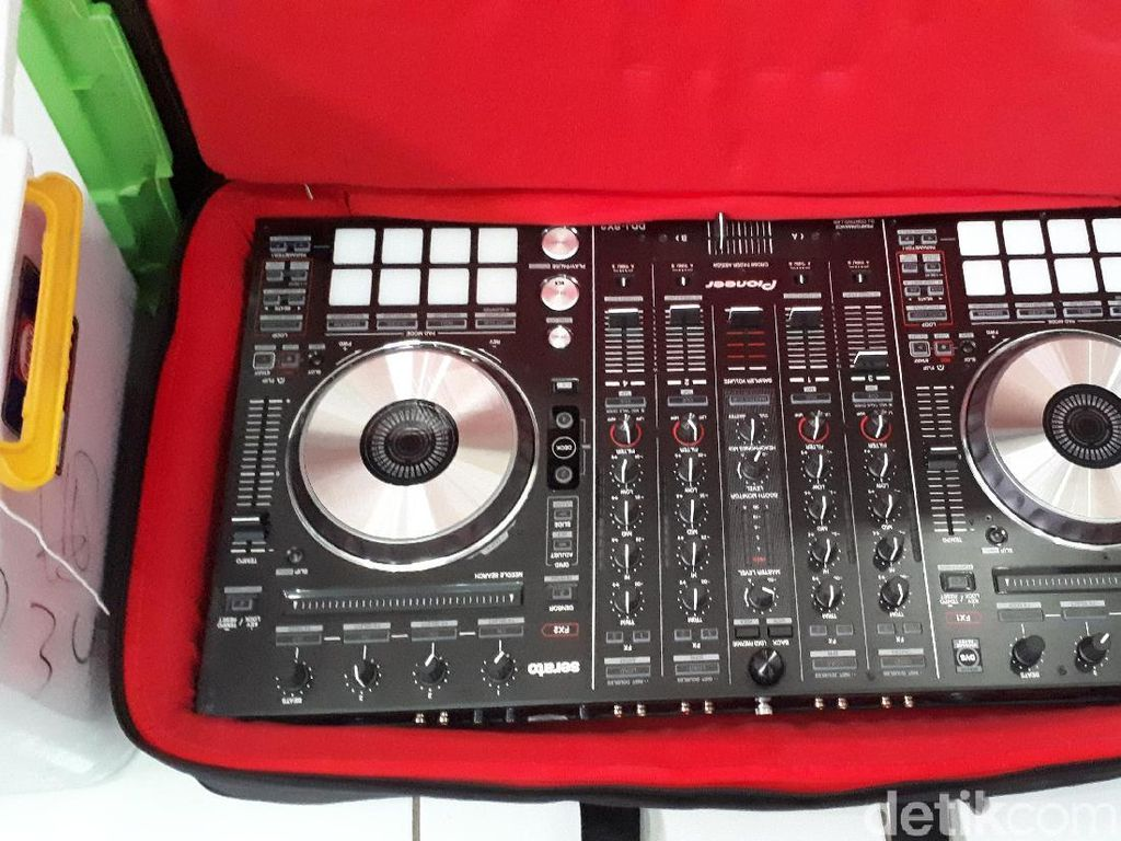Peralatan DJ, Pedang hingga Tas Dibawa di Sidang Bos First Travel