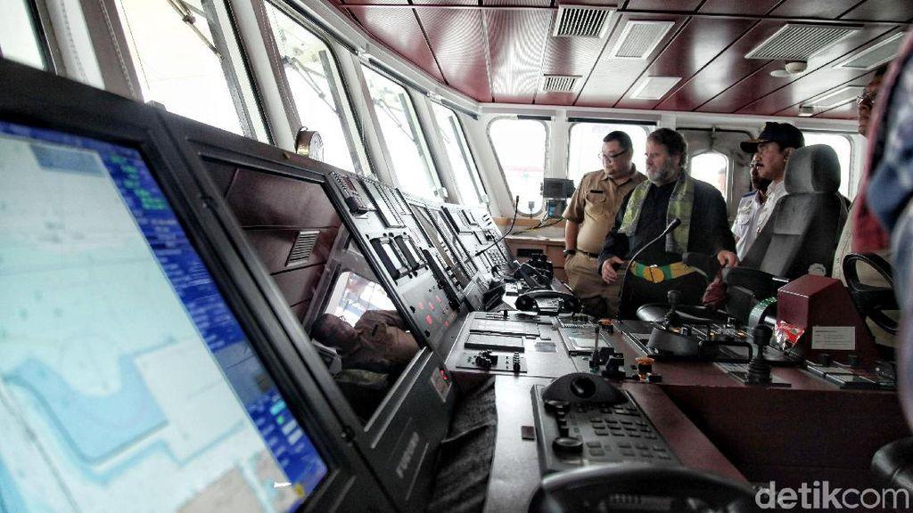 Menelusuri Bagian Dalam Kapal Rainbow Warrior