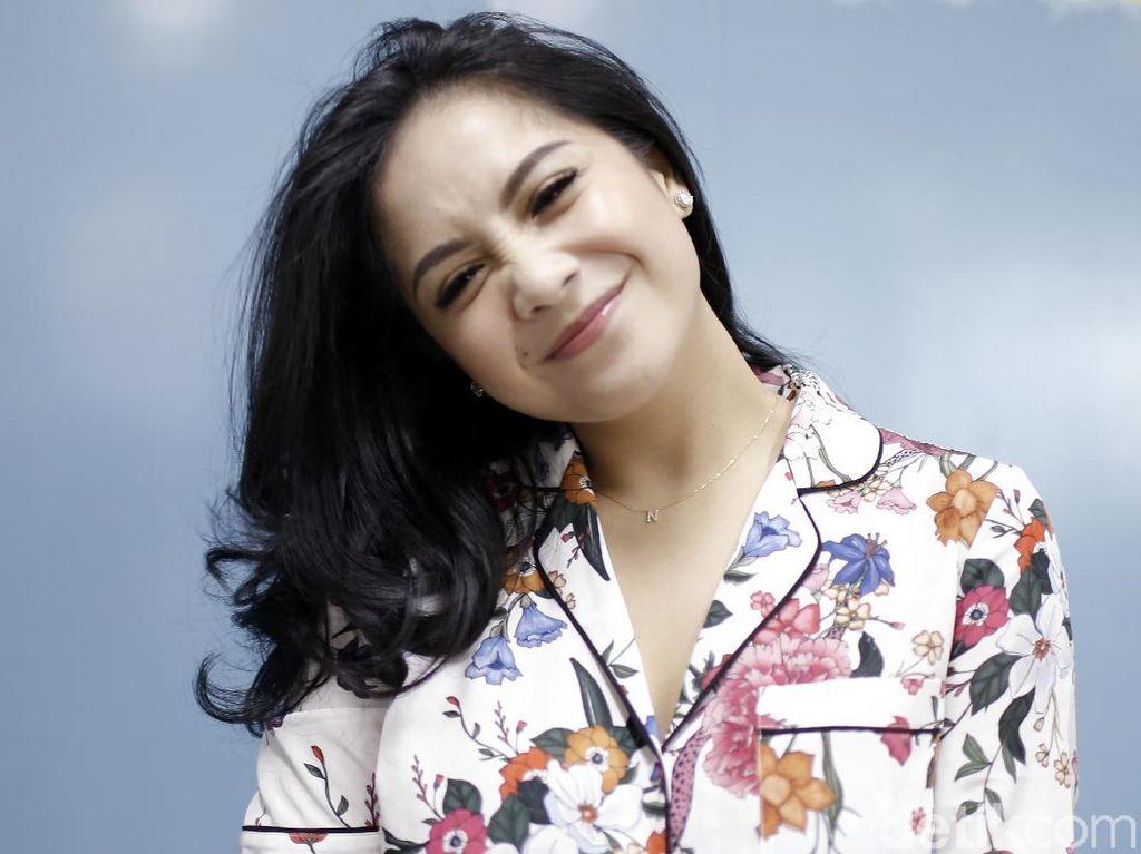 Mantap! Nagita Slavina Ditraktir Mama Rieta Naik First Class ke Singapura