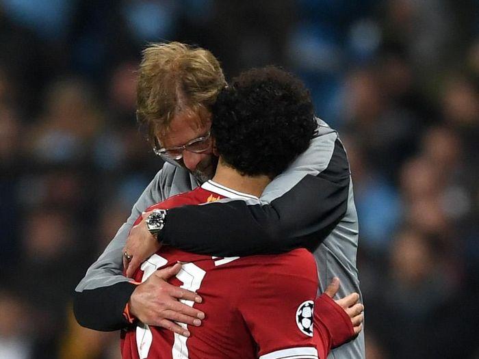 Juergen Klopp memeluk Mohamed Salah (Shaun Botterill/Getty Images)