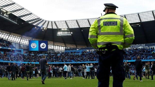 Suporter Manchester City masuk ke lapangan usai pertandingan melawan Swansea City.