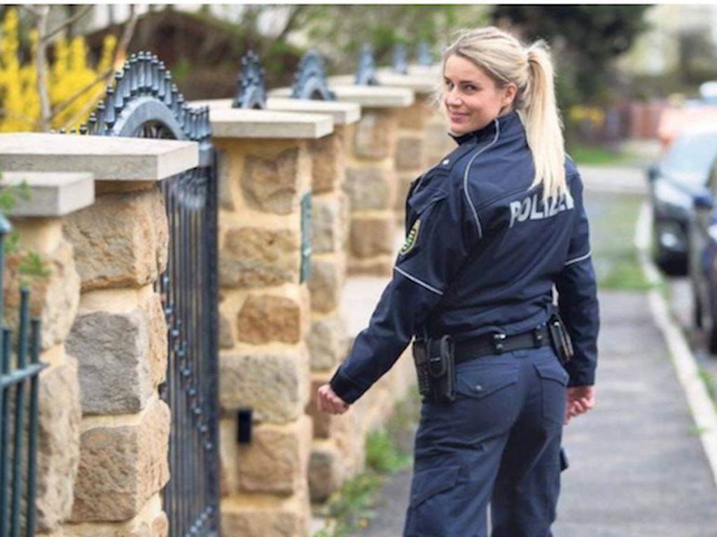 Siapa yang Mau Ditilang Sama Polisi Cantik Berperut Sixpack Ini?