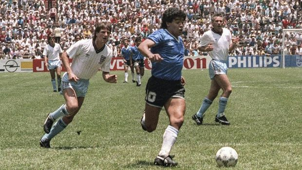Argentinian forward Diego Armando Maradona runs past English defenders Terry Butcher (L) and Terry Fenwick (2nd L) on his way to scoring his second goal during the World Cup quarterfinal soccer match between Argentina and England 22 June 1986 in Mexico City.  Argentina advanced to the semifinals with a 2-1 victory.  AFP PHOTO / AFP PHOTO / STAFF