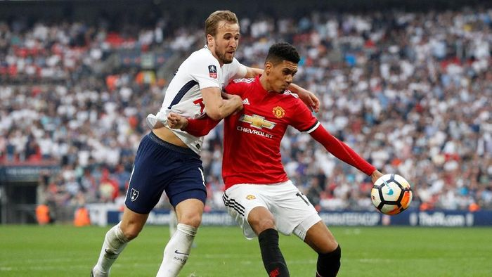 Harry Kane dan Chris Smalling di semifinal Piala FA (Foto: John Sibley/Action Images via Reuters)