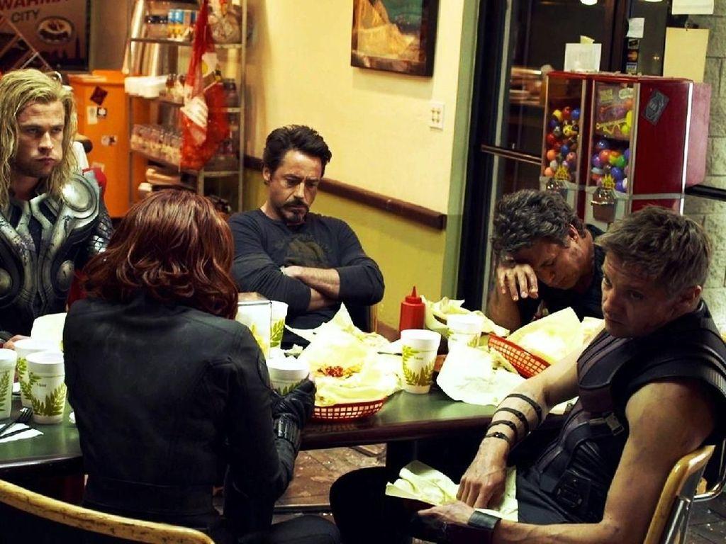 Ini 10 Gaya Keren Pemain Film Avengers: Infinity War Ketika Makan Bersama