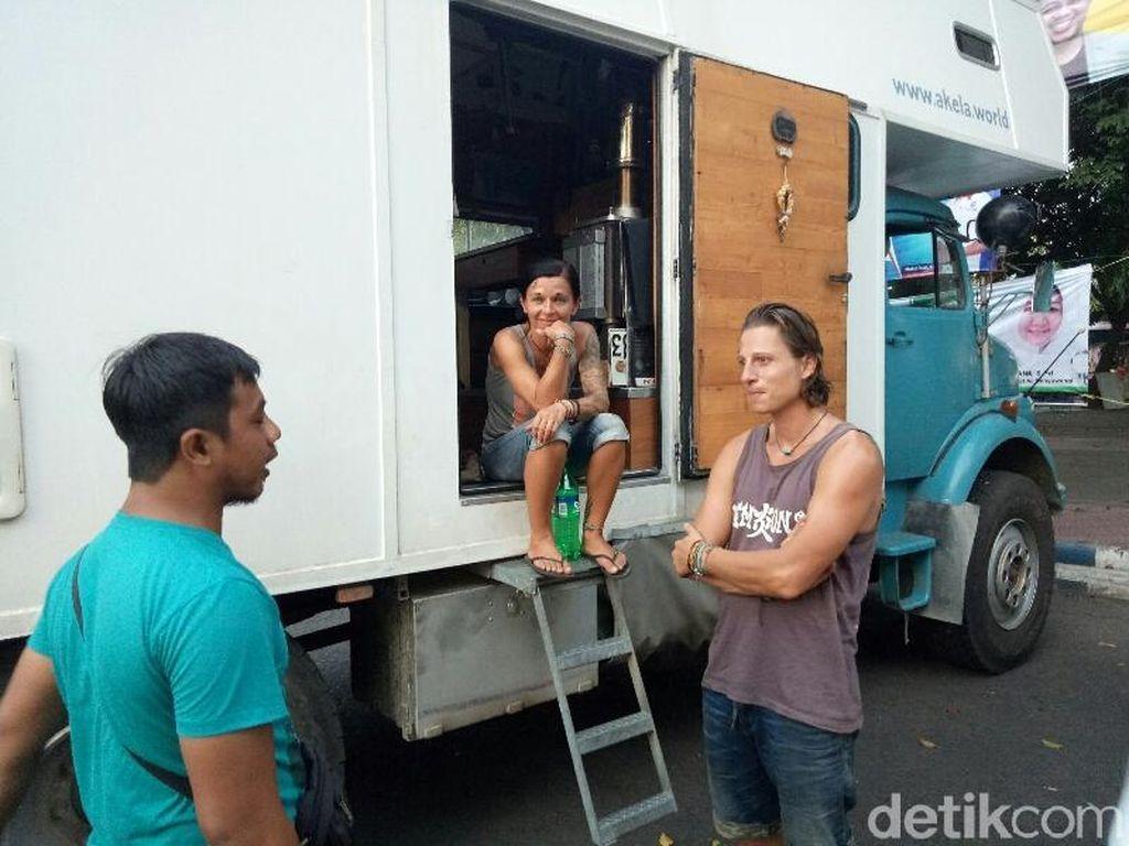 Bule Austria dengan Truk Tua Tiba di Indonesia, Ini Kesan Mereka
