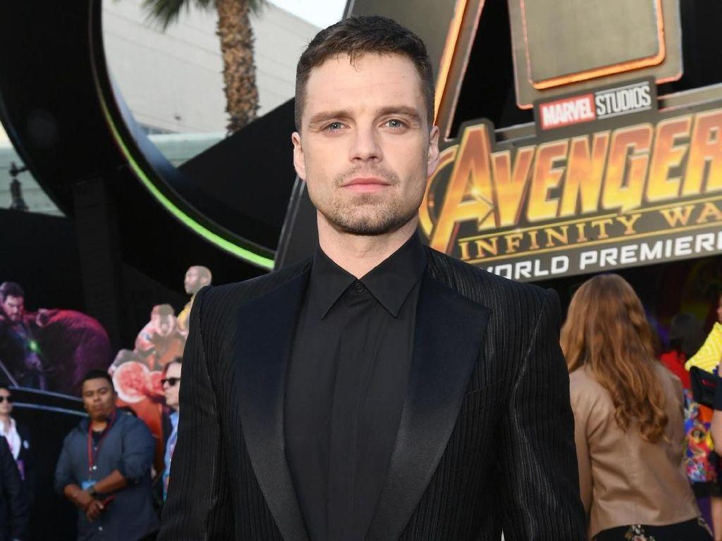 Syuting Film Baru, Sebastian Stan Tertangkap Bugil Kendarai Motor