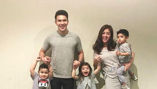 Jonathan Frizzy bersama istri dan anak-anaknya