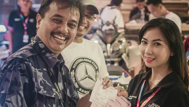 Roy Suryo menerima bukti pembayaran tanda jadi untuk pembelian BMW G 310 R