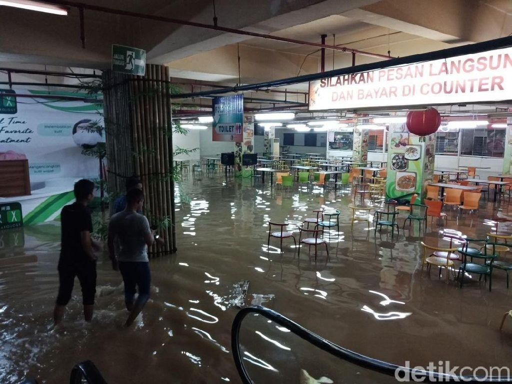 Penampakan Banjir Masuk ke Mal Cilegon