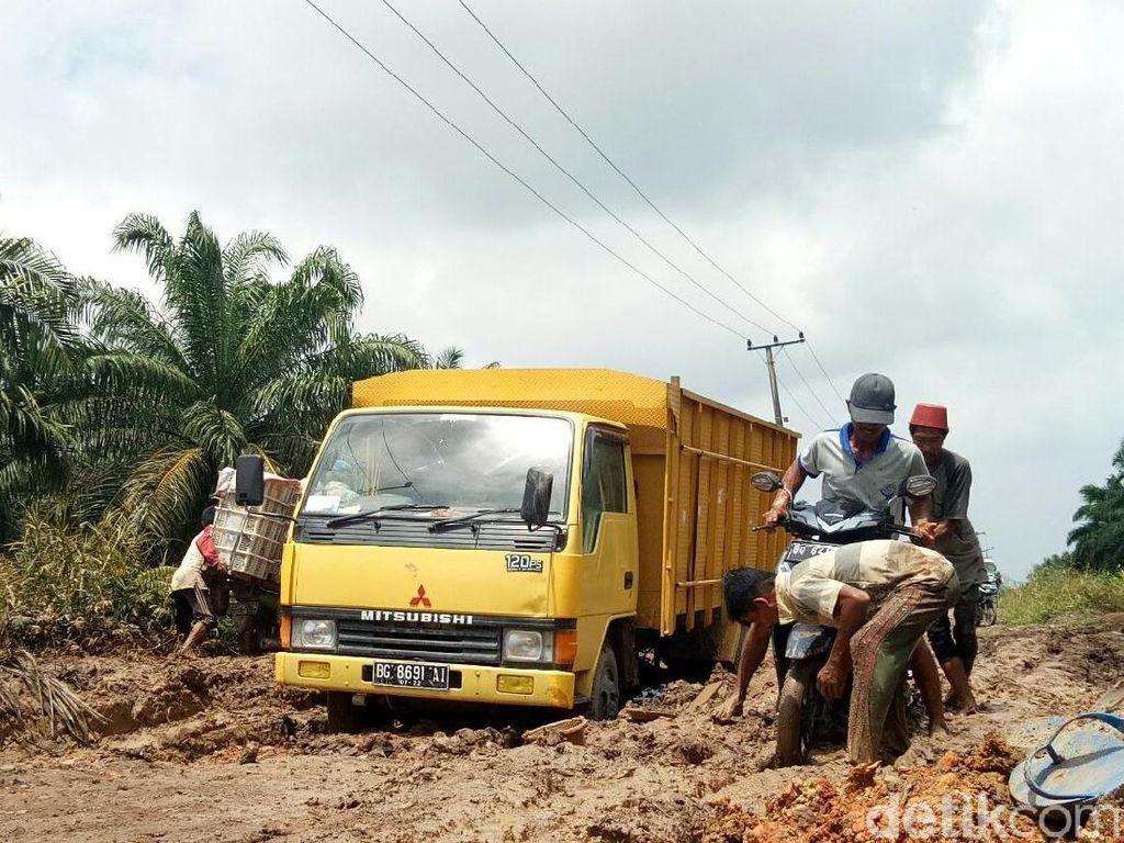Penampakan Jalan Rusak di Banyuasin yang Jadi Bubur