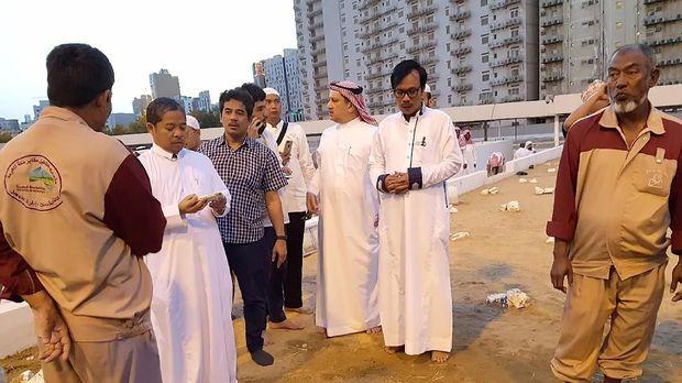 Dubes RI untuk Arab Saudi Agus Maftuh Abegebriel di pemakaman Ma'la bersama keluarga almarhumah.