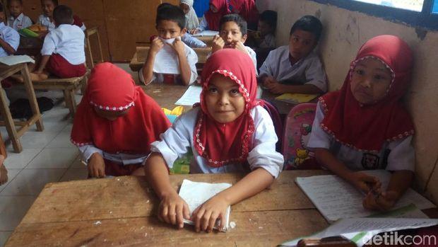Sri Mulyani di dalam kelas yang berhimpitan.