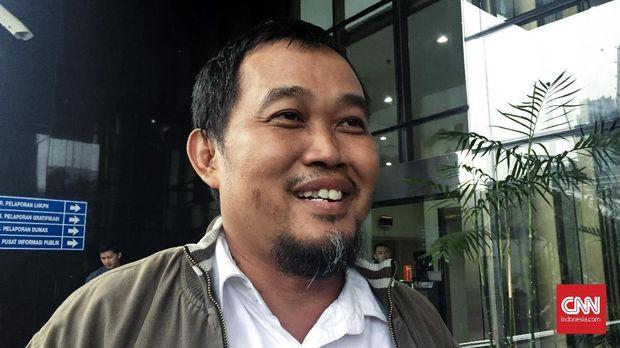 Koordinator Masyarakat Antikorupsi Indonesia (MAKI) Boyamin Saiman menyerahkan berkas kepada Komisi Pemberantasan Korupsi (KPK) agar mengusut penerimaan Rp400 juta dari perkara korupsi di Direktorat Jenderal Pembinaan Pembangunan Kawasan Transmigrasi (P2KTrans) pada Kementerian Tenaga Kerja dan Transmigrasi, Rabu (25/4).