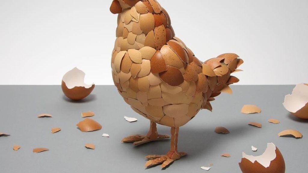 Kreatif! Pria Ini Buat Sosok Ayam dari Kulit Telur hingga Kue Terbang