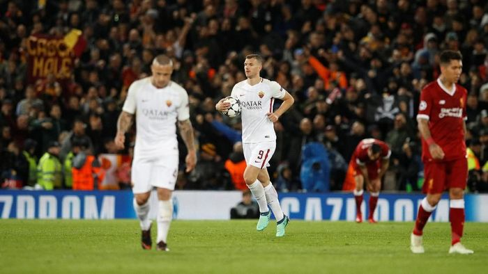 Striker AS Roma Edin Dzeko merayakan golnya ke gawang Liverpool (Foto: Phil Noble/Reuters)