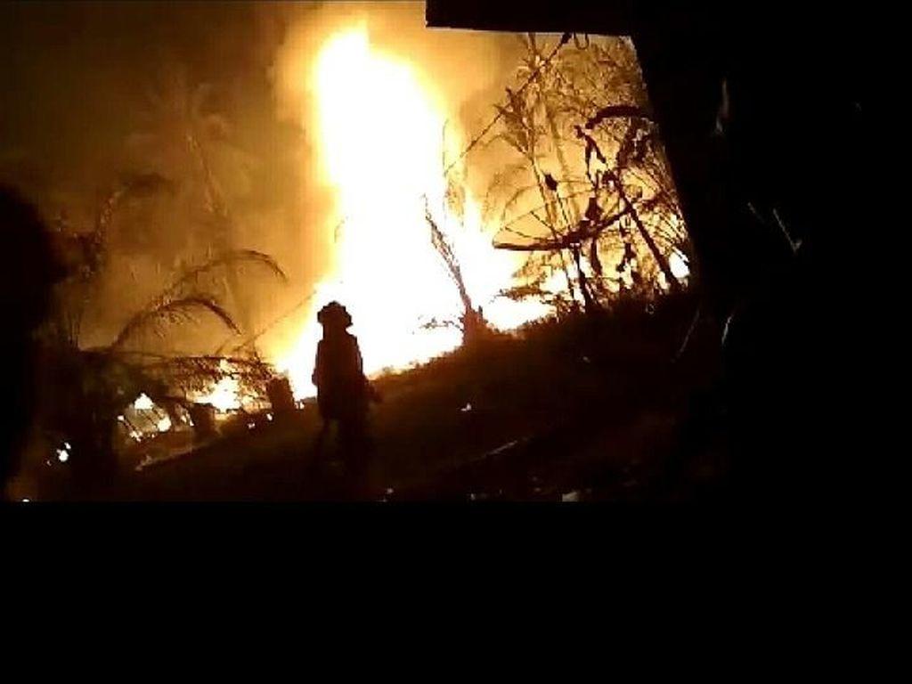 Antisipasi Api Sumur Minyak Menjalar, 4 Unit Damkar Dikerahkan