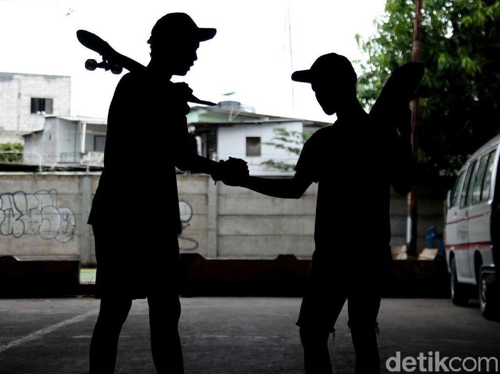 Serunya Bermain Skateboard di Kolong Tol Tanjung Priok