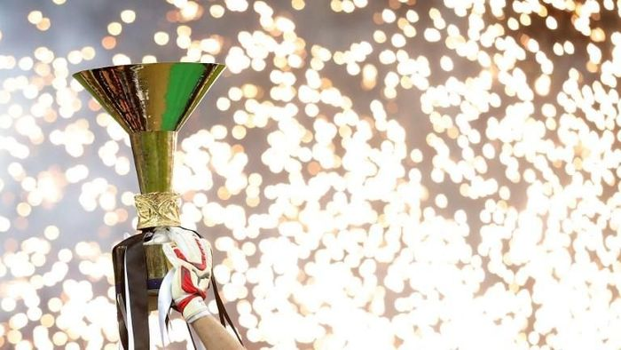 Juventus goalkeeper and captain Gianluigi Buffon holds the Italian Leagues trophy during a ceremony following the Italian Serie A football match Juventus vs Napoli on May 23, 2015 at the Juventus stadium in Turin. Juventus won the Coppa Italia on May 20, 2015 and the Italian League today after their 3-1 victory over Napoli.    AFP PHOTO / MARCO BERTORELLO / AFP PHOTO / MARCO BERTORELLO
