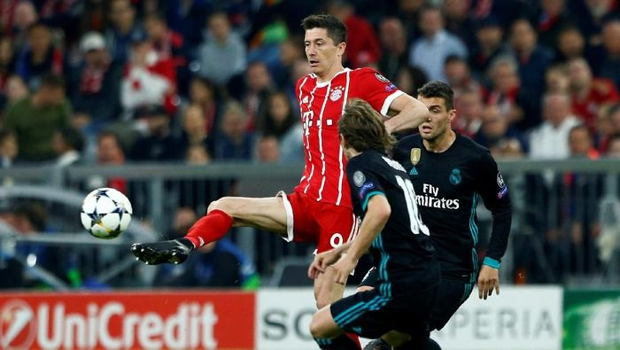 Bayern langsung menekan pertahanan Madrid sejak awal laga di Allianz Arena, Kamis (26/4/2018) dinihari WIB. Tim tamu dipaksa bermain lebih bertahan untuk menghentikan serangan Die Roten. (Foto: Michaela Rehle/Reuters)