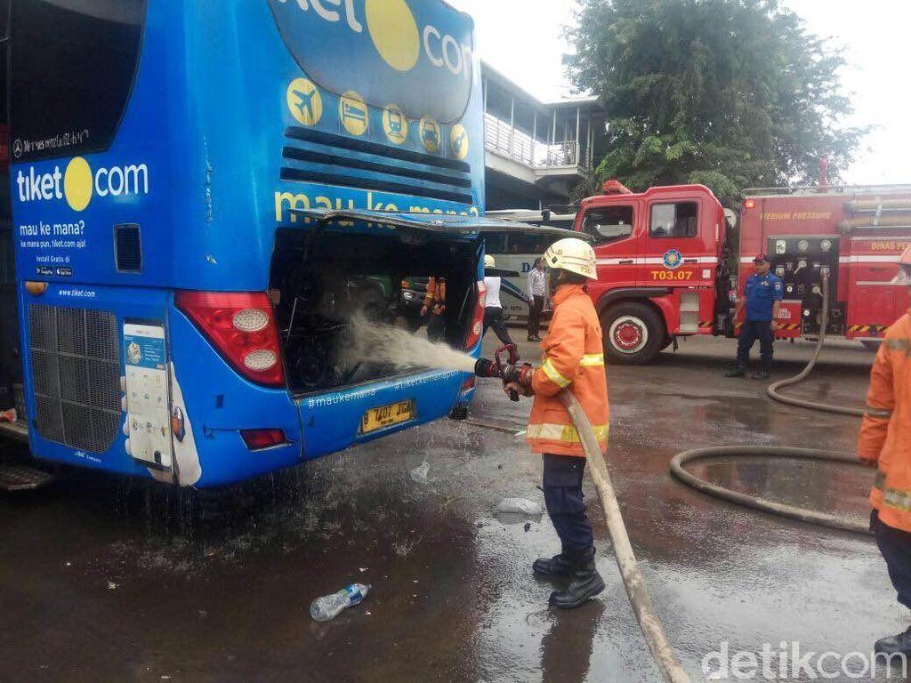 Percikan Api Keluar dari Bagian Belakang Bus Damri di Cakung