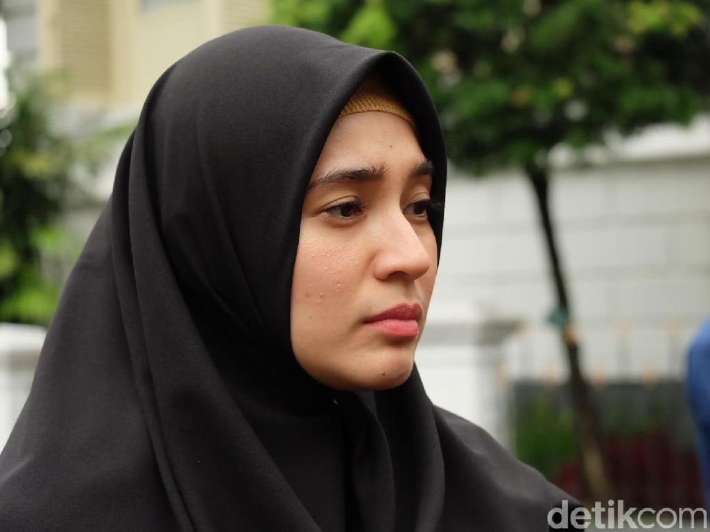 Dhini Aminarti Ngaku Tak Bisa Jauh dari Dewi Sandra